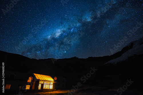Montage in der Fensternische Blaue Nacht Milky Way and starry skies over a lodge in the Andes mountains. Cusco, Peru