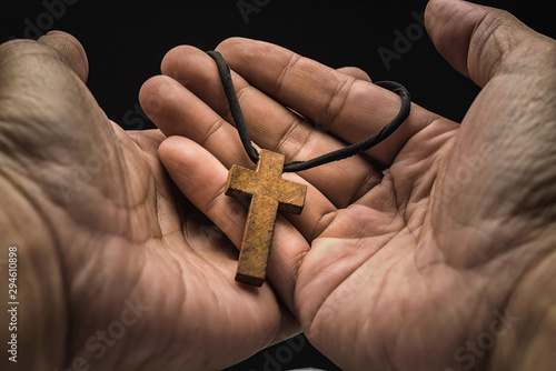Photo The crucifix is in the hands of a man who is praying for the blessing of his god with faith