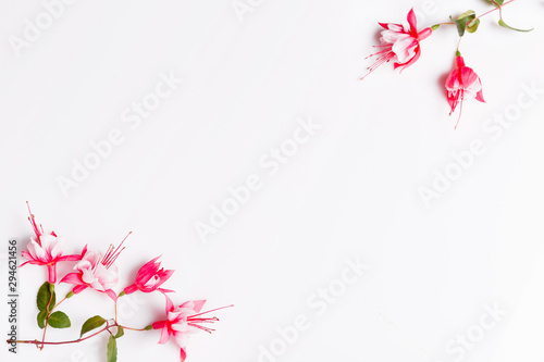 Photo Festive fuchsia flower composition on the white background