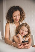 Mutter Und Tochter Am Smartphone