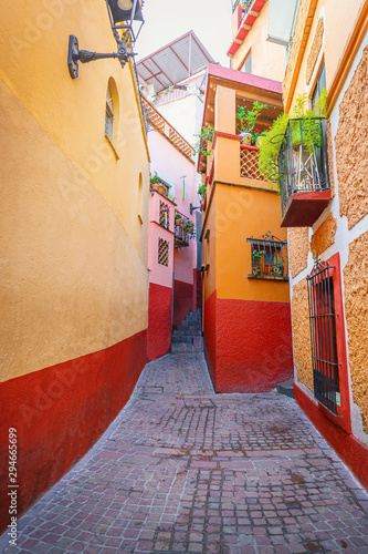 Fototapeta Kiss alley in Guanajuato. Colonial and colorful alleys with balconies in Mexico. obraz