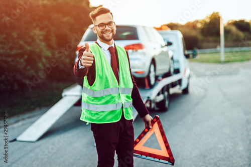 Fotografía Elegant middle age business man is happy and satisfied with fast towing service for help on the road