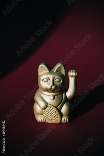 Staande foto Historisch mon. golden Maneki-neko, good fortune cat