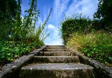 Treppe Himmel Perspektive Beton Stein Moos Natur Sauerland Deutschland Wiese Stairway To Heaven Blue Sky Germany Symbol Sinnbild Zuversicht Hoffnung Aufstieg