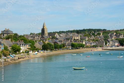 Vue de Saint-Suliac sur la Rance, Bretagne, France Fototapet