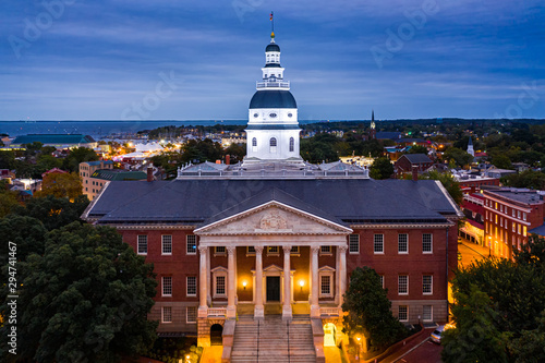 Fototapeta Maryland State House, in Annapolis, at dusk. The Maryland State House is the oldest U.S. state capitol in continuous legislative use, dating to 1772 and housing the Maryland General Assembly. obraz