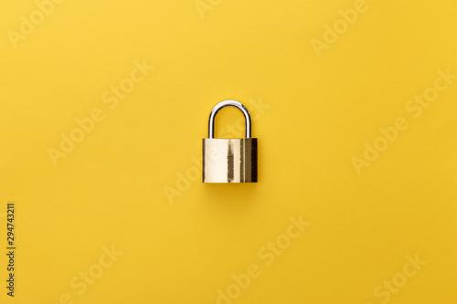 Fotomural  top view of metal padlock on yellow background