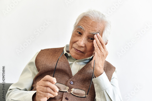 Fotografía  Vision loss problems in senior, Eye diseases age related in old adult, Asian elderly man has a hypertension headache and blurred eyesight, Senior healthcare insurance concept
