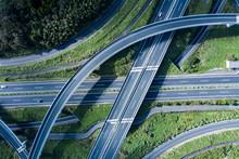 俯瞰から見る自然の中の高速道路