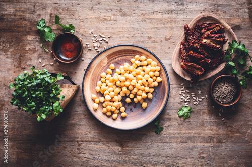 Ingrédients pour un Houmous de Tomates Séchées, Graines Germées et Pignon de Pin. Plat Végétarien