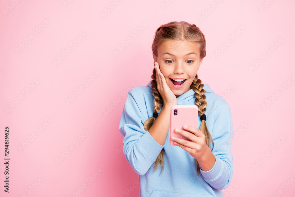 Fototapety, obrazy: Photo of casual positive nice cute trendy stylish crazy excited schoolgirl wearing sweater sport wear holding telephone reading feednews expressing positive emotions isolated over pastel color
