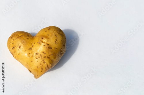 Fotografía potatoes in the shape of a heart on a white background