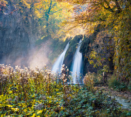 Panel Szklany Wodospad Sunny morning view of pure water waterfall in Plitvice National Park. Romantic autumn scene of Croatia, Europe. Abandoned places of Plitvice lakes series. Beauty of nature concept background.
