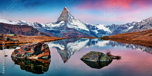 Staande foto Landschappen Panoramic morning view of Stellisee lake with Matterhorn / Cervino peak on background. Impressive autumn scene of Swiss Alps, Zermatt resort location, Switzerland, Europe.