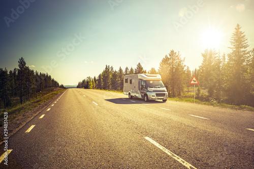 Reisemobil auf einer Strasse in Lappland, Schweden Fotobehang