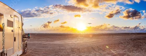 Fotografie, Obraz Wohnmobil am Strand bei Sonnenuntergang in Rømø, Dänemark