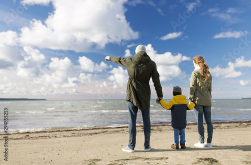 Cadres-photo bureau Ecole de Danse family, leisure and people concept - happy mother, father and little son at autumn beach looking at sea