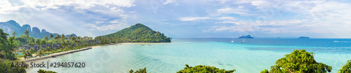 Photo Phi Phi island beach panorama from viewpoint on mountain