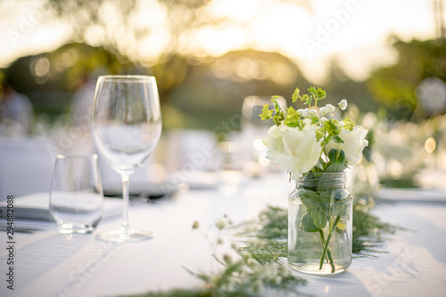 Cuadros en Lienzo Beautiful outdoor table setting with white flowers for a dinner, wedding reception or other festive event