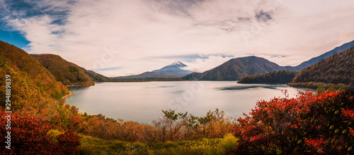 Cadres-photo bureau Automne Landscape image of Mt. Fuji over Lake Motosu with autumn foliage at sunset in Yamanashi, Japan.