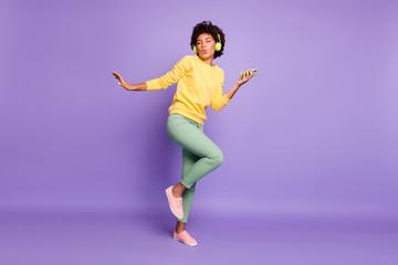 Pogled na cijelu dužinu tijela lijepe atraktivne šarmantne sanjive funky smiješne vesele valovite kose slušajući soul ples zabavljajući se izolirano na pozadini ljubičaste lila pastelne boje