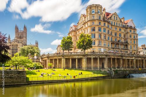 most-pulteney-w-stylu-palladianskim-przecina-rzeke-avon-w-bath