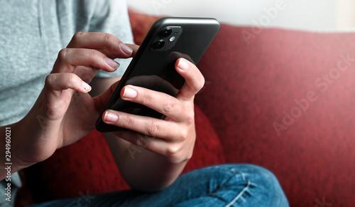 Obraz Jugendliche mit Handy beim posten - fototapety do salonu