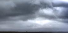Bagnasciuda In Spiaggia, Controluce, Con Nuvole Minacciose, E Raccoglitori Di Telline