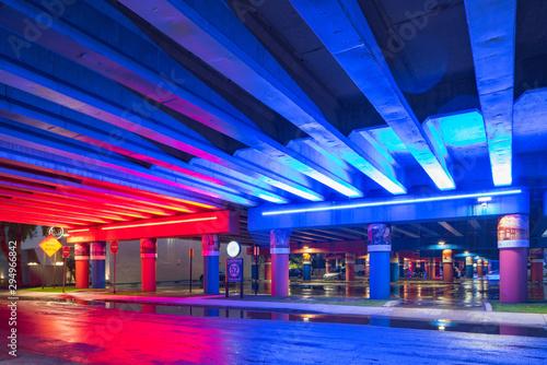 Montage in der Fensternische Dunkelblau Beautiful neon lights under the bridge eith wet road after rain