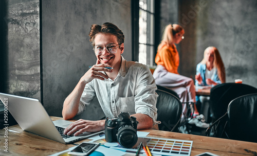 Young cheerful photographer Fototapet