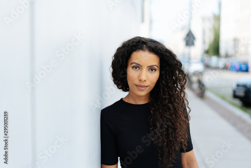 Fotomural Young intense woman staring at the camera