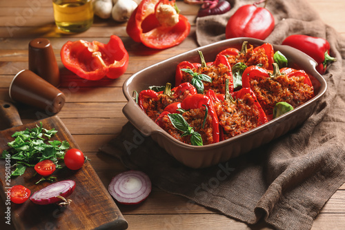 Fotografía  Baking dish with tasty stuffed pepper on table