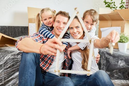 Familie und Haus als Symbol für Traumhaus Canvas Print