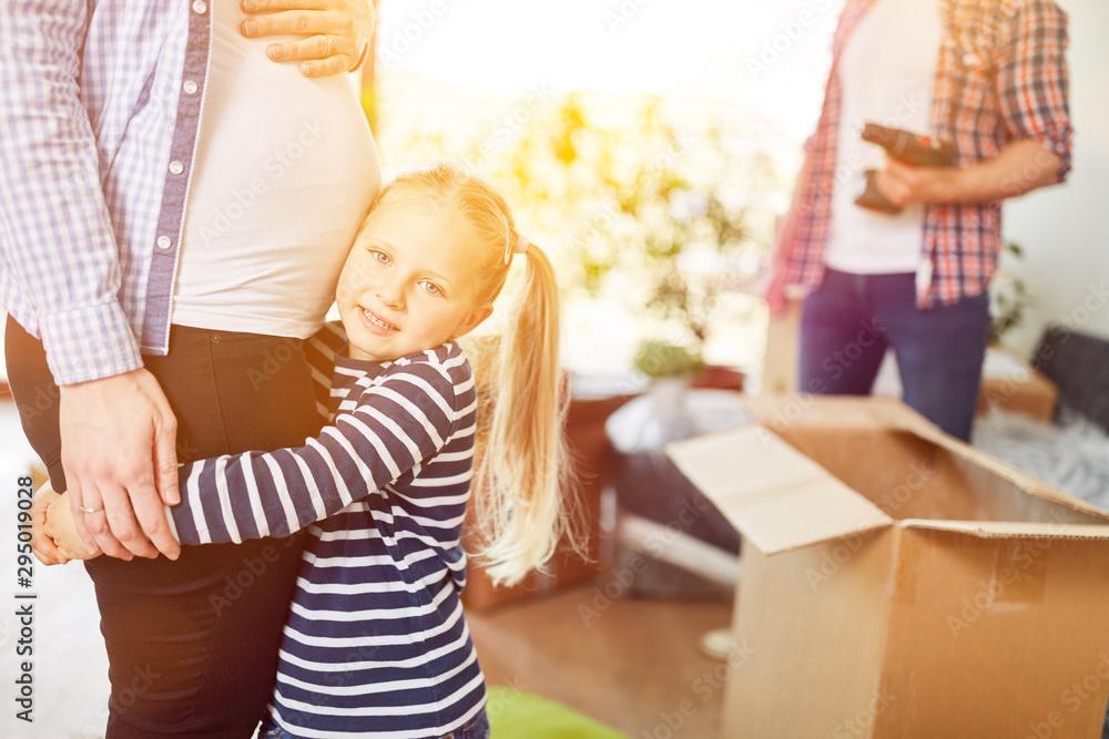 Fototapety, obrazy: Kind hört an Babybauch der schwangeren Mutter