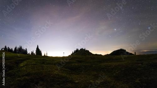 Foto auf Gartenposter Wald Mountain Sky