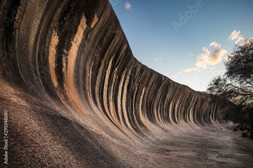 Papiers peints Marron chocolat Wave Rock, a 15 metre high natural rock formation that is shaped like a tall breaking ocean wave and is located at Hyden in Western Australia