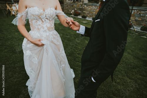 Billede på lærred bride and groom holding their hands