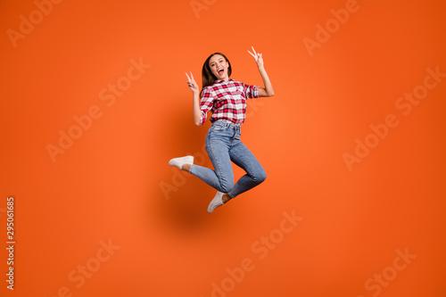 Fotografía  Full body length size photo of rejoicing delightful pretty attractive active mak