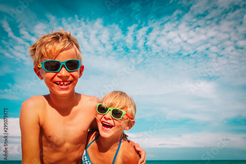 Cadres-photo bureau Ecole de Danse happy cute little boy and girl enjoy beach vacation