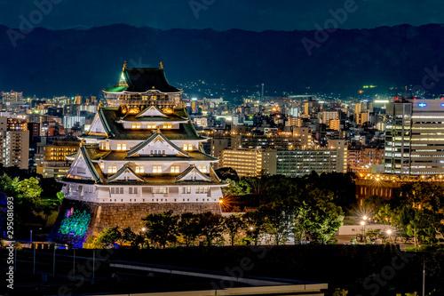 Naklejka premium Zamek Osaka / Osaka / zamek Osaka / Noc Osaki / Nocny widok Osaki / Zwiedzanie
