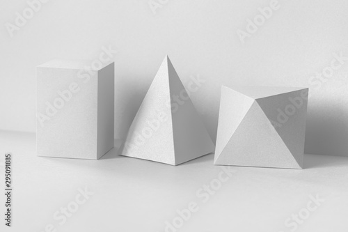 Fotomural  Geometrical figures still life composition on white