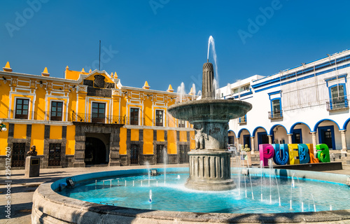 La pose en embrasure Con. Antique Fountain and Teatro Principal in Puebla, Mexico