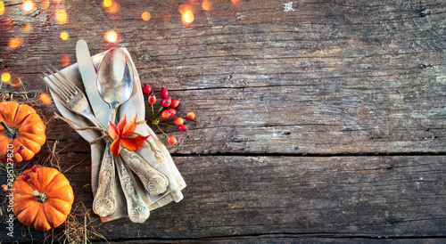 Obraz Thanksgiving Place Setting - Rustic Table With Silverware And Pumpkins - fototapety do salonu
