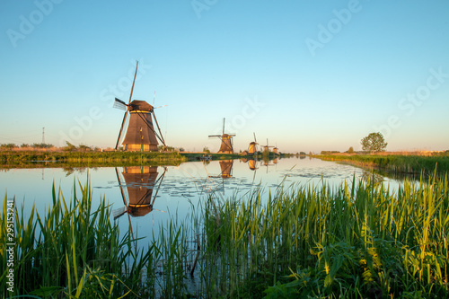 Obraz dutch windmill in kinderdijk, holland - fototapety do salonu