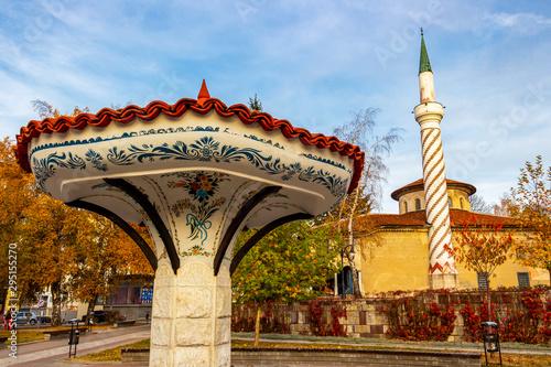 Photographie  Umbrella Fountain in Samokov, Bulgaria, the Bayrakli Mosque or Yokush Mosque fro