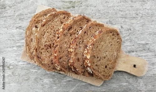 Fototapeta tranches de pain complet aux multi céréales, isolé obraz