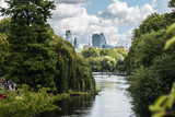 Fototapeta Londyn - Widok na centrum miasta Londyn z parku św. Jakuba.