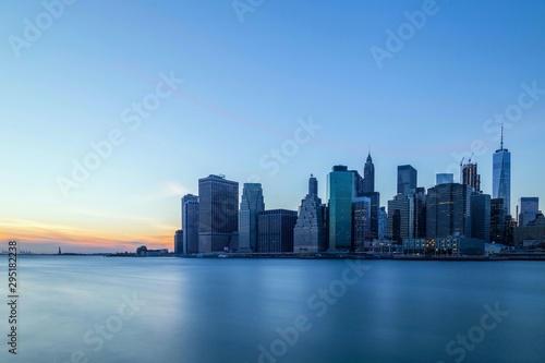 Fototapeta new york city skyline at dawn obraz