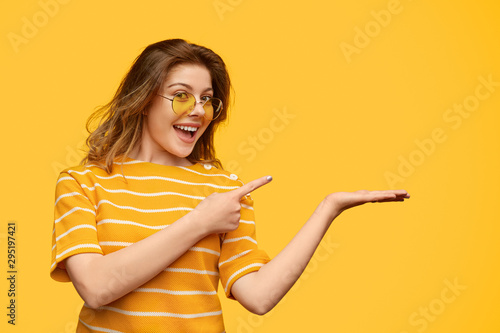 Fotografiet Delighted lady presenting empty space