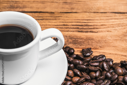 Foto op Plexiglas koffiebar A cup of coffee and scattered coffee beans. Layout. Flat lay. Coffee bean.